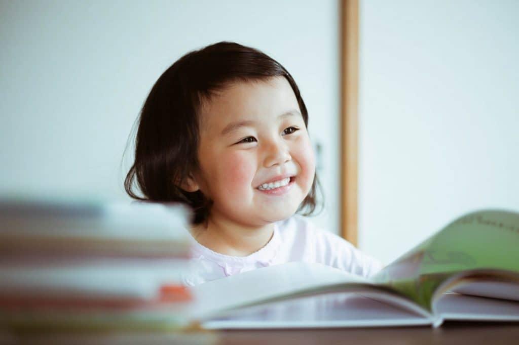昔から人気の絵本を子供に読み聞かせましょう