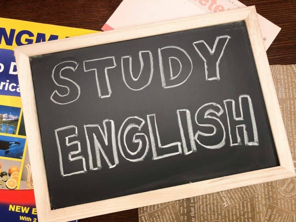 言語教育で語彙や文法を学ぶ