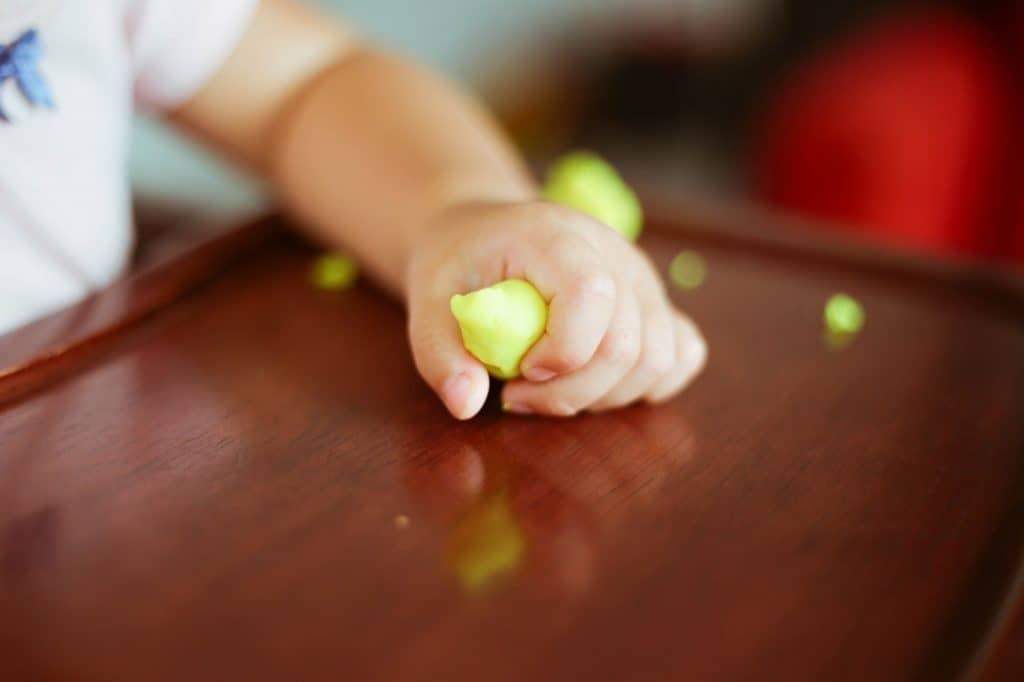 0歳~1歳:五感を刺激して脳を成長させる