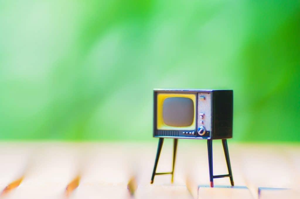 TVやプロジェクターなどは横向き映像を再生するようにできている