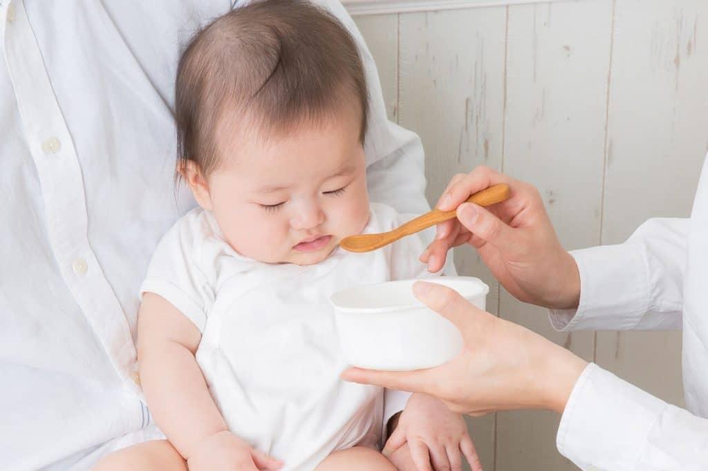 離乳食は人肌くらいに冷まして、赤ちゃんに食べさせる