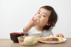保育園と幼稚園の給食はどう違うの? お弁当との違い、メリット・デメリットも紹介!
