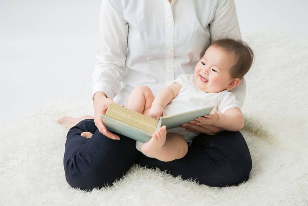 絵本の読み聞かせは赤ちゃんの頃から始めてもOK