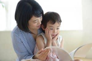 絵本の読み聞かせの教育効果とは? 年齢別の絵本の読み聞かせ方法も紹介!