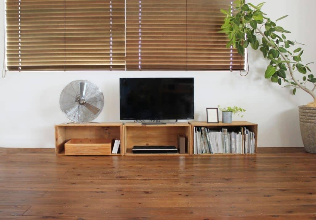 テレビや電化製品の前