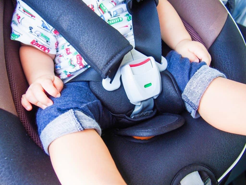 チャイルドシートは新生児から使える? 何歳まで着用義務があるの?