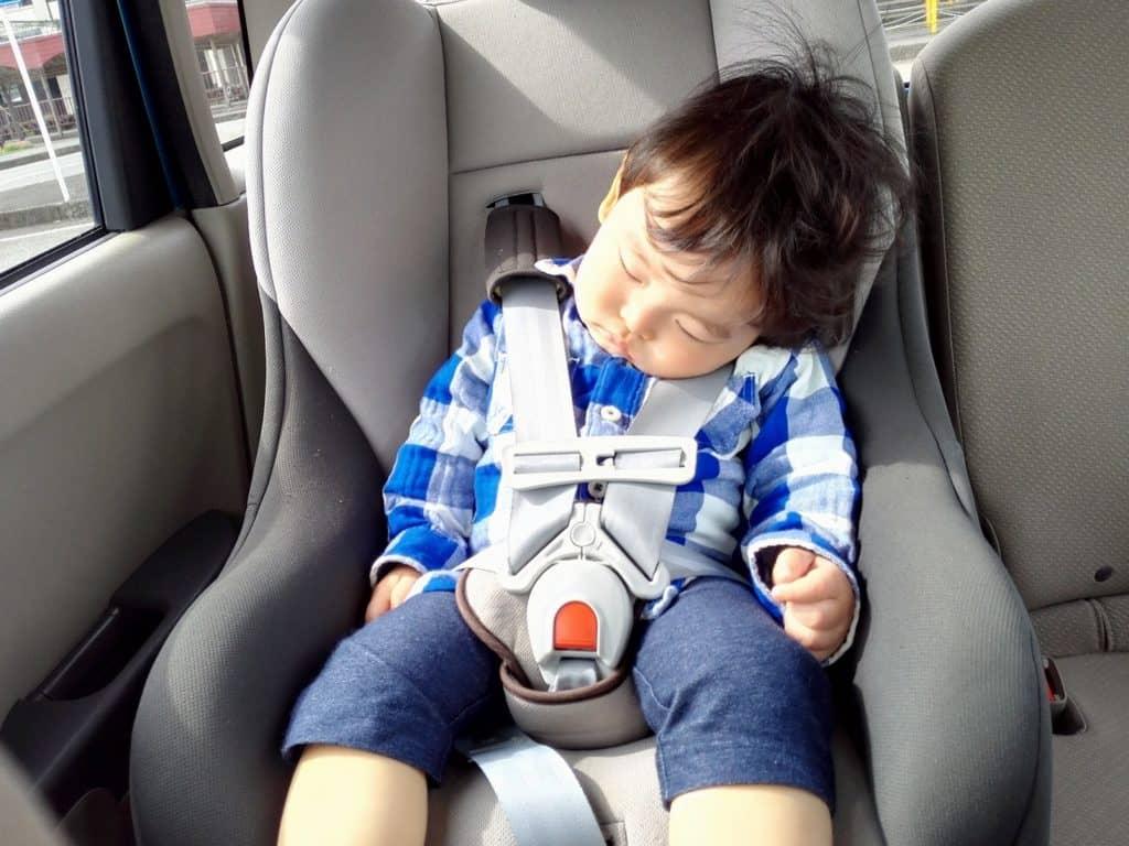チャイルドシートは前向き乗車で専用ベルトで体を固定