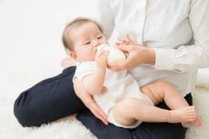 どのくらいのママが完全母乳育児で赤ちゃんを育てている? 粉ミルクでの育児にデメリットはあるの?