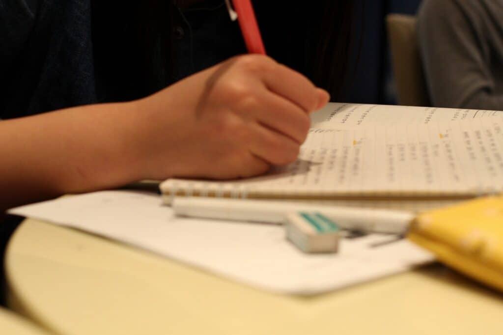 学童保育では何をしてもらえる? 子供の宿題は見てもらえる?