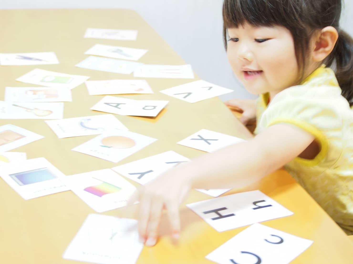 幼児英語教育は何歳からどこで教えてもらえるの? メリット・デメリットも紹介!