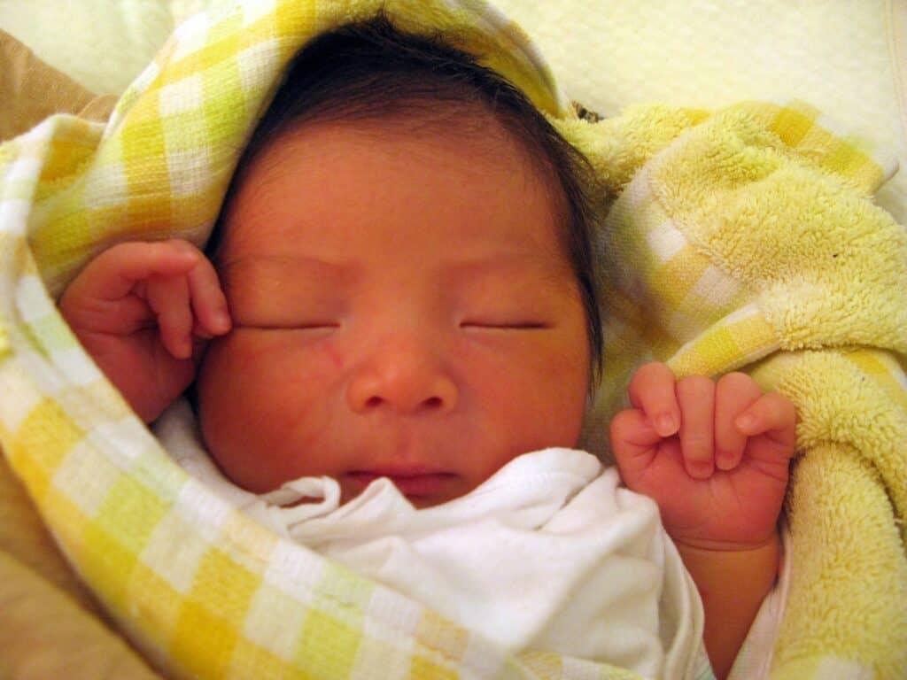 おくるみのメリット2:モロー反射を防ぎ赤ちゃんが安心して眠ることができる