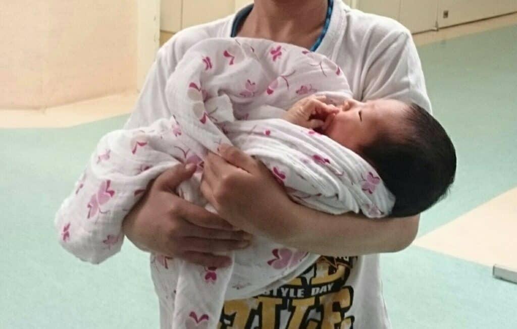 おくるみのメリット1:赤ちゃんを抱っこしやすくなる