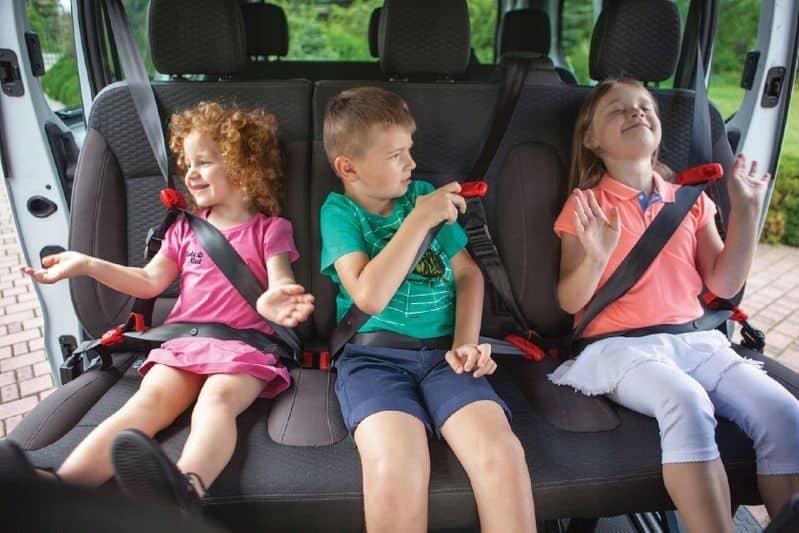 大人用シートベルトを利用する補助ベルトタイプのジュニアシート
