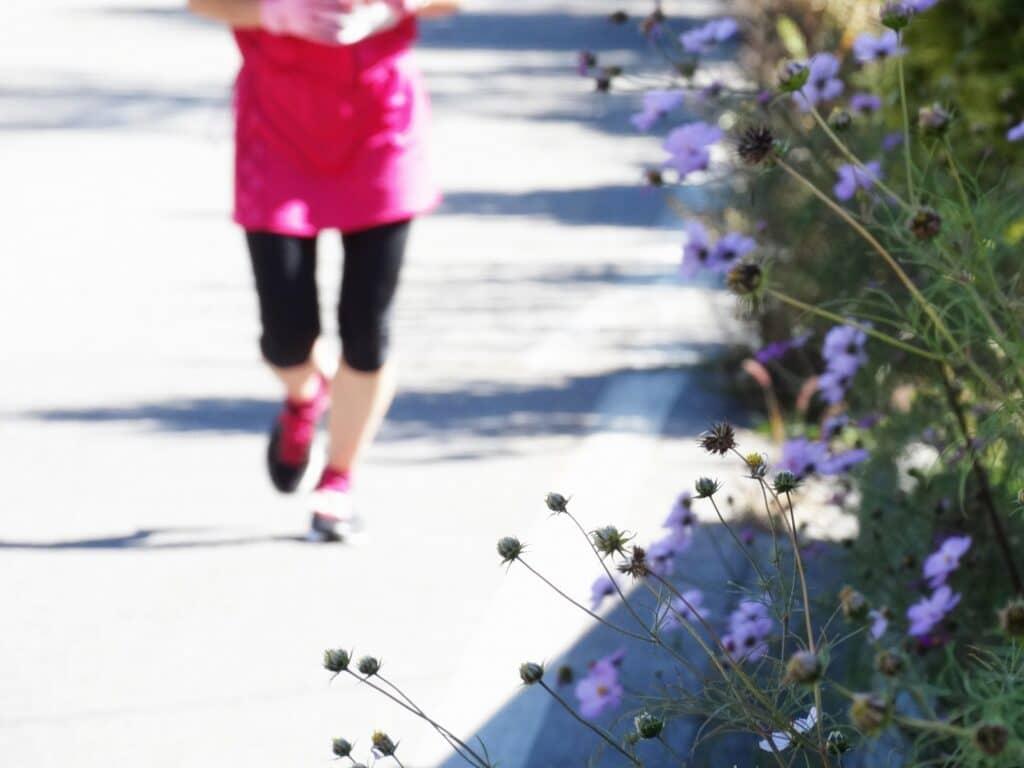 屋外で運動運動をする