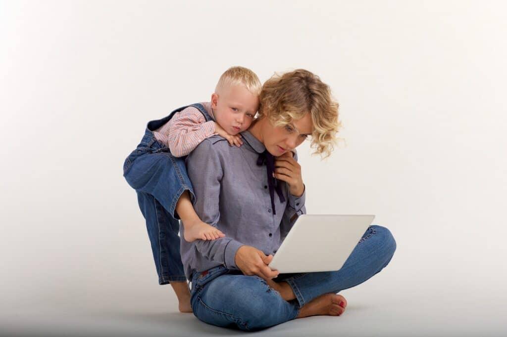 おんぶ育児のメリット1:ママが両手を使える