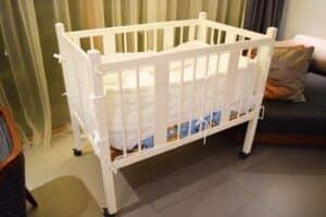 赤ちゃんのベビーベッドはいつまで使う? 買うかレンタルかで迷うママ向けのアドバイス!