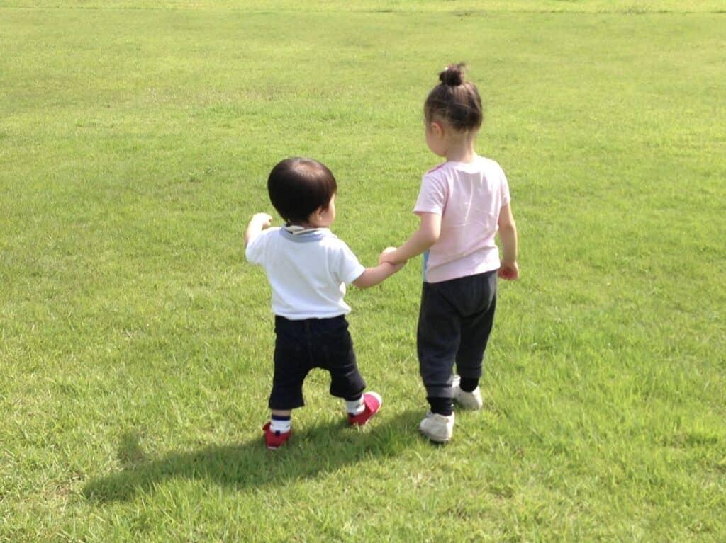 女の子の特徴3:周りの様子を見て行動する