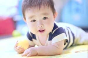 赤ちゃんは寝返りをいつできるようになる? 寝返りの練習方法や注意点は?