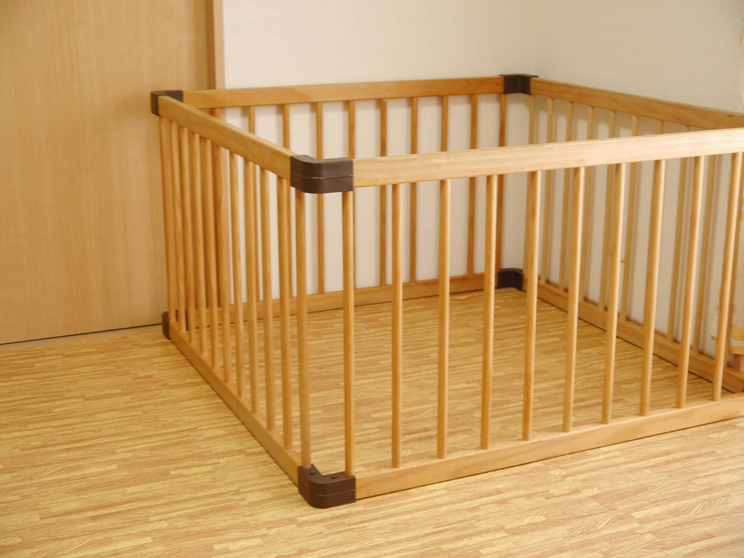 ベビーサークルって赤ちゃんの育児に必要? 中古や手作り品、代用品なども紹介