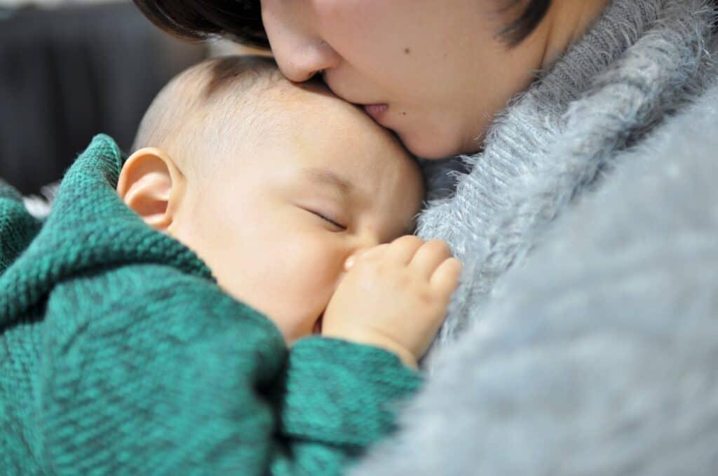 黄昏泣きの対処法3:赤ちゃんとパパママが密着するように抱っこをする