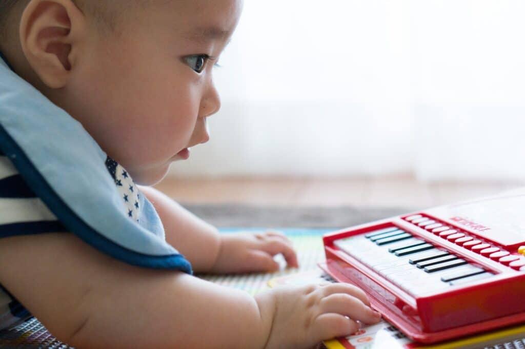 生後3ヶ月の赤ちゃんの特徴2:周囲の人の声を聞き分けられる
