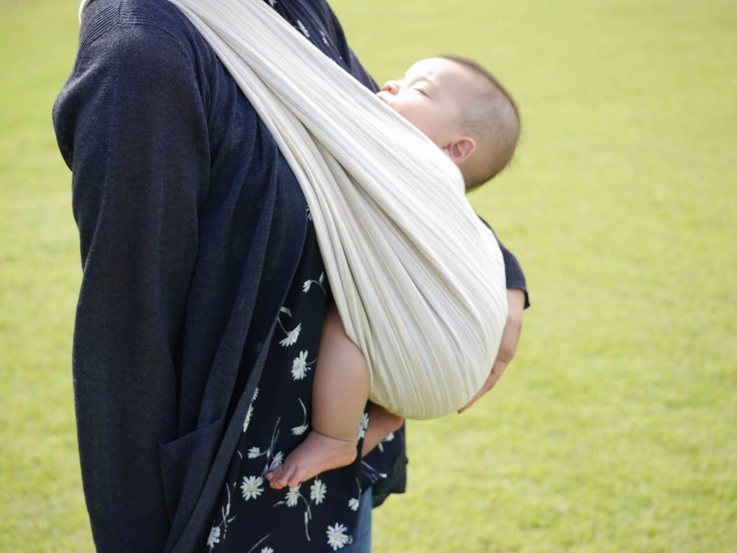 新生児から使えるスリングの正しい使い方。抱き方や注意点を徹底解説