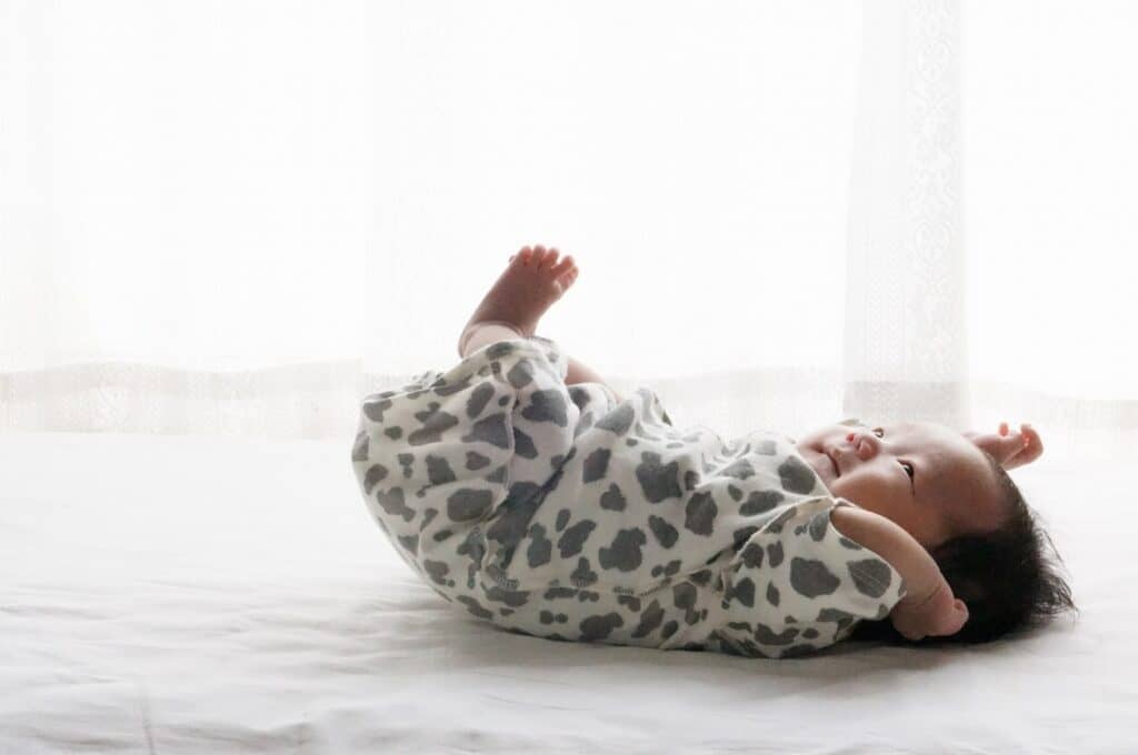 新生児の赤ちゃんが手足をバタバタさせる理由
