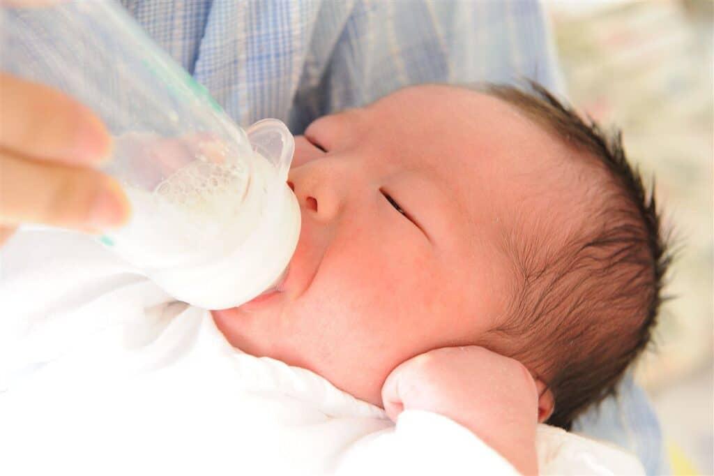 現在の赤ちゃんの水分補給は基本的に母乳や粉ミルクで十分