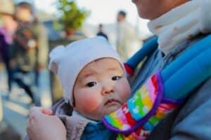 新生児・赤ちゃんとの外出はいつから? 持ち物や注意点は? 外気浴の方法も紹介