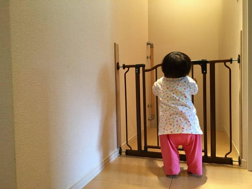 つかまり立ちを始めた赤ちゃんから目を離したい時はどうすれば良い?