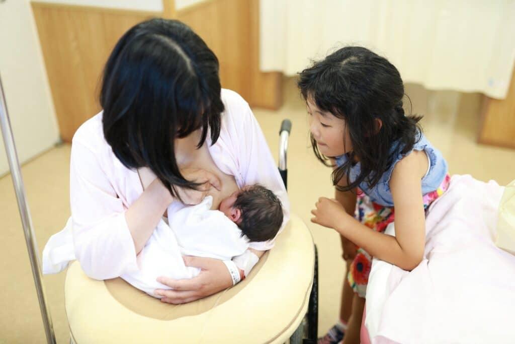 母乳で子供を育てたい。出ないときの対処法や解決策について