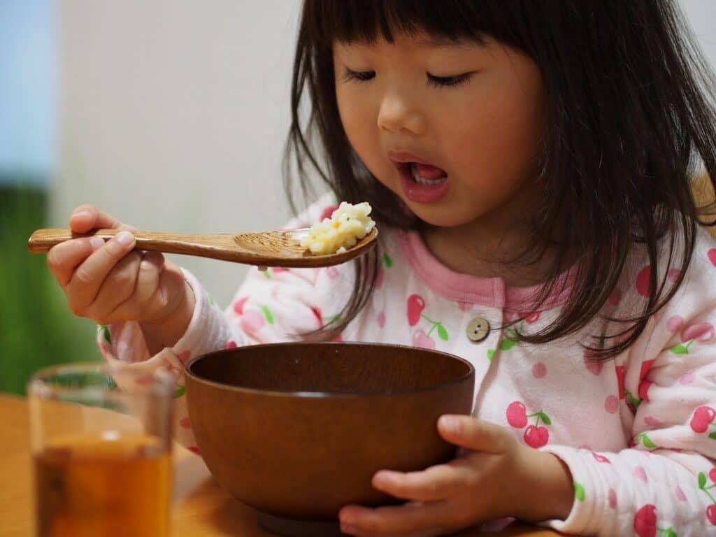子供用スプーン・フォーク選びのポイント3:ご飯をすくいやすい形状かどうか