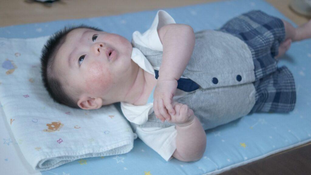 赤ちゃんが寝返りをするのはいつ? しない場合もあるの?