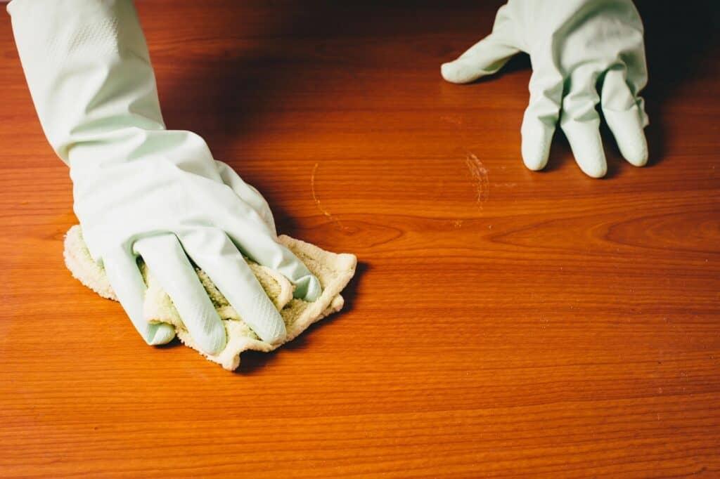 雑巾やウエットシートで拭く