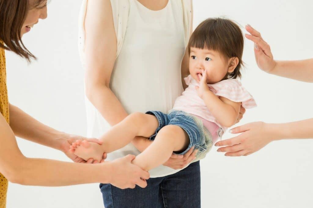 赤ちゃんが慣れる前に触れたり抱っこさせたりする