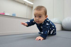 赤ちゃんが「ずりばい」するのはいつから? ハイハイとの違いは?