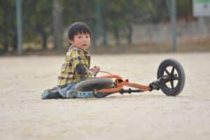 2歳の子供が乗るなら、三輪車とストライダーどっちがおすすめ?