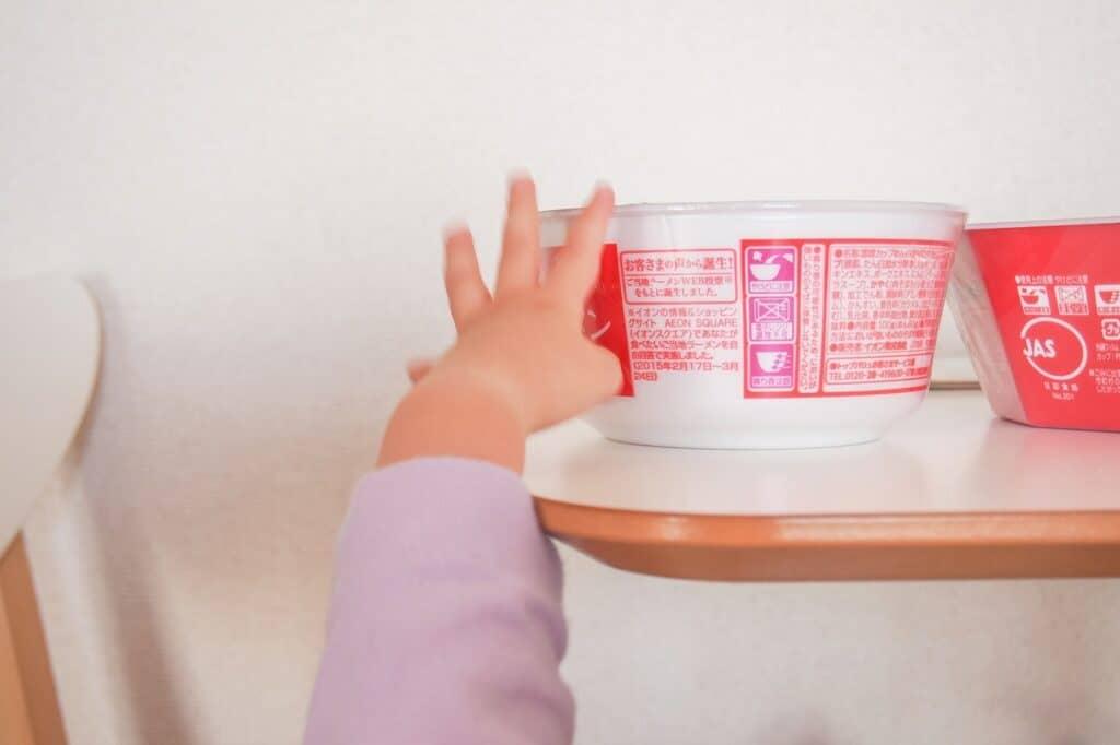 つかまり立ちの安全対策2:危険なものは赤ちゃんの手が届かない場所にしまう