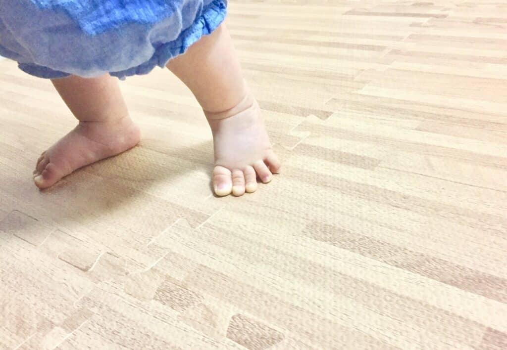 つかまり立ちの安全対策3:滑らないように裸足で過ごす