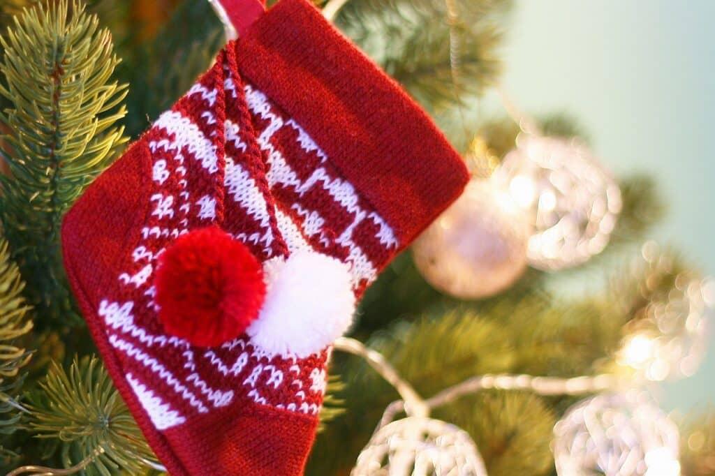 なぜクリスマスプレゼントは靴下に入れるの?
