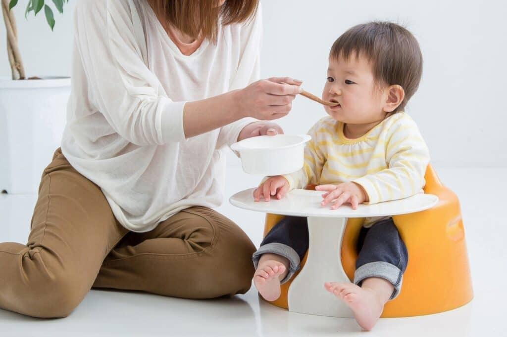 離乳初期・中期は「パパママが赤ちゃんに食べさせる」