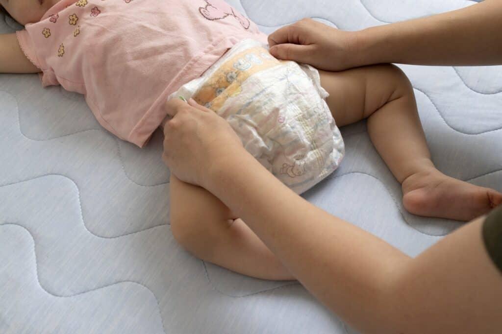 手足バタバタの対処法2:おむつを替える