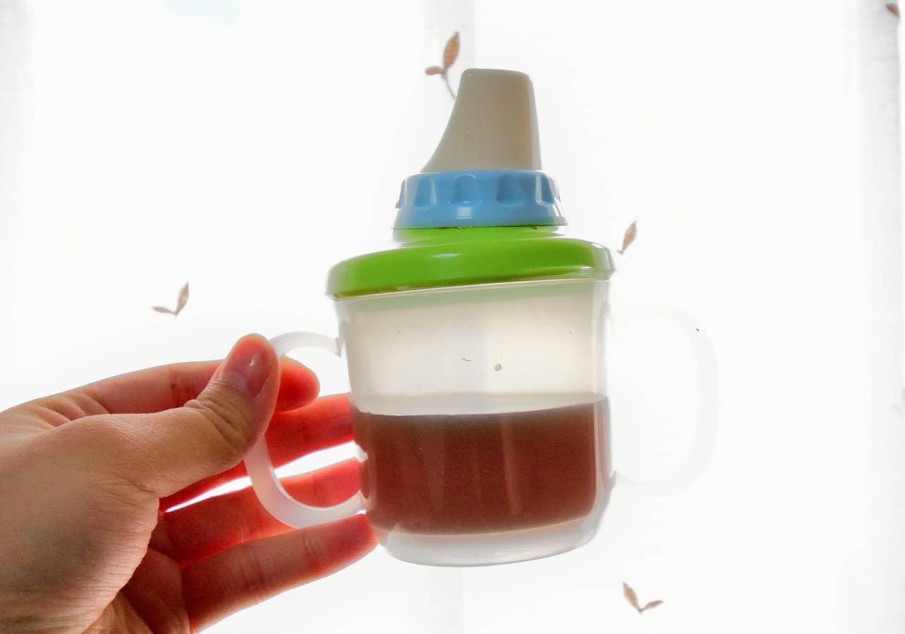 赤ちゃんにはいつから麦茶を飲ませていいの? 大人用でもOK?