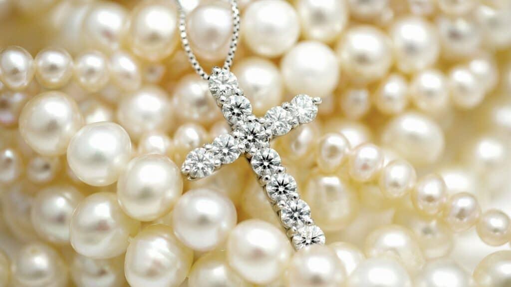 銀のスプーンを選ぶ時のポイント3:ネックレスや指輪などのアクセサリー