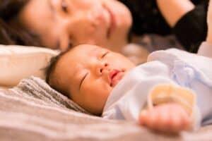 赤ちゃんと同じ布団で添い寝しても大丈夫? 安全な添い寝のポイント
