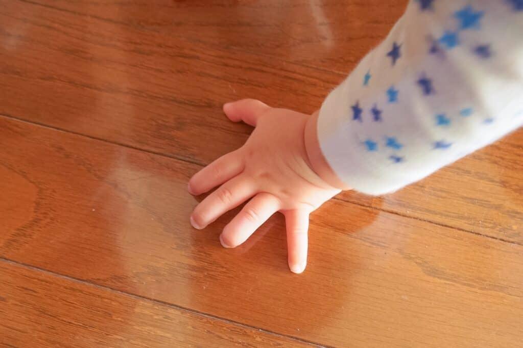 「ずりばい」しない原因②:床がツルツルすぎて滑ってしまうから