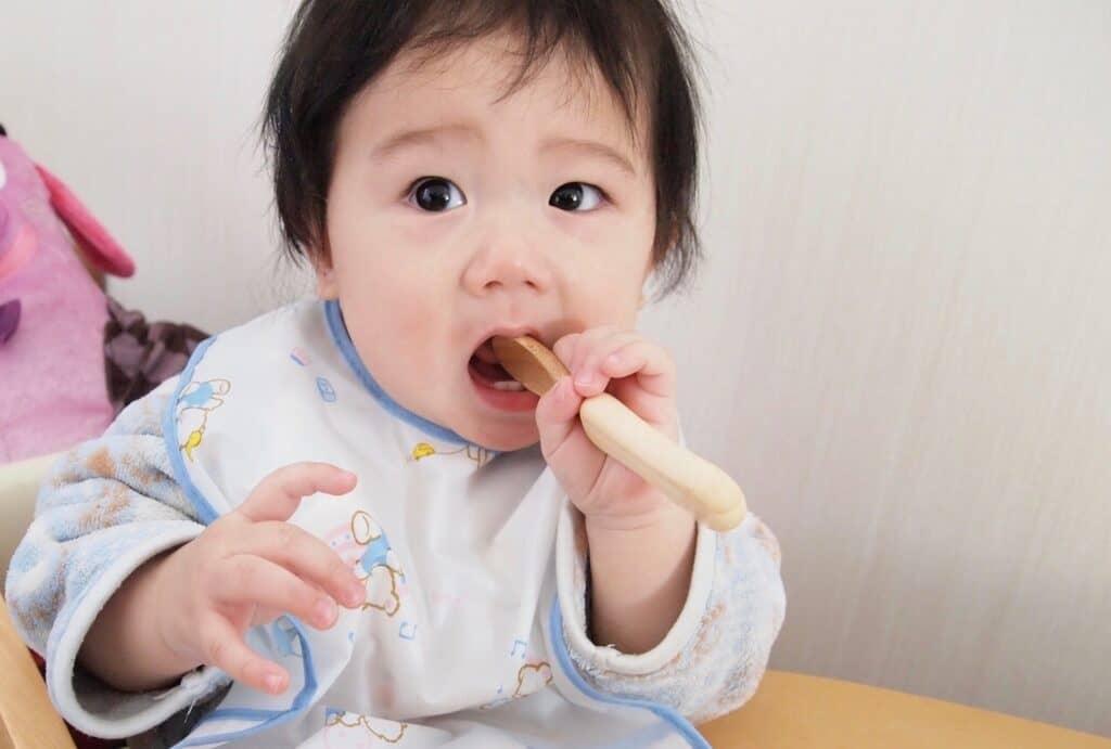 離乳食スプーンと子供用スプーン・フォークの違い
