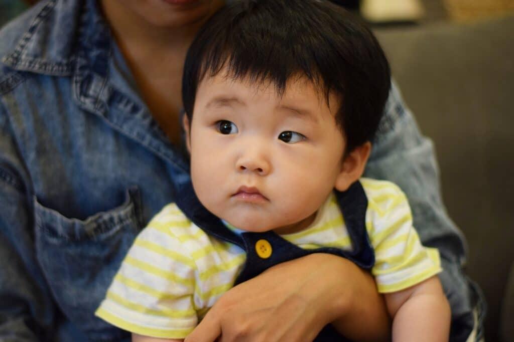 赤ちゃんのげっぷの出し方2:膝の上
