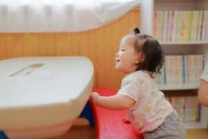赤ちゃんはいつ、つかまり立ちができるようになるの? 練習方法や安全対策を紹介