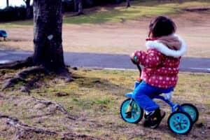 赤ちゃんが三輪車に乗れるのはいつから? 失敗しない三輪車の選び方